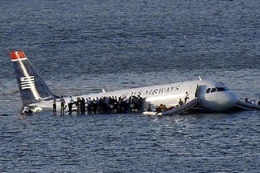 Aterriza avión en un río de Nueva York