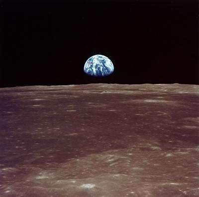 AS11-44-6550 - La tierra en el horizonte lunar previo al alunizaje