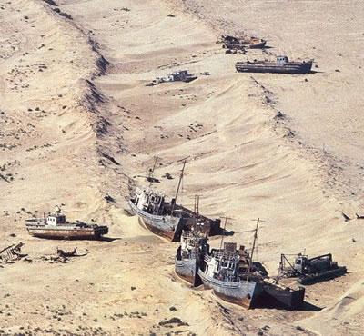 Barcos atrapados en la arena como resultado de la desaparación del Mar de Aral